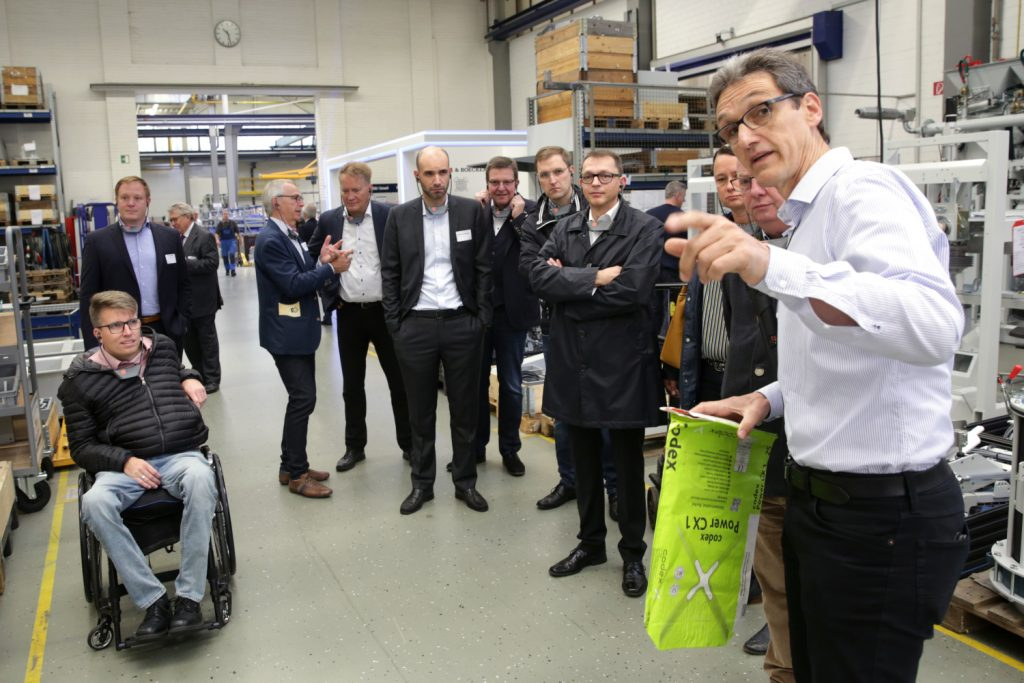 Produktionsleiter Andreas Bauer (r.) führte anschließend noch durch den Betrieb
