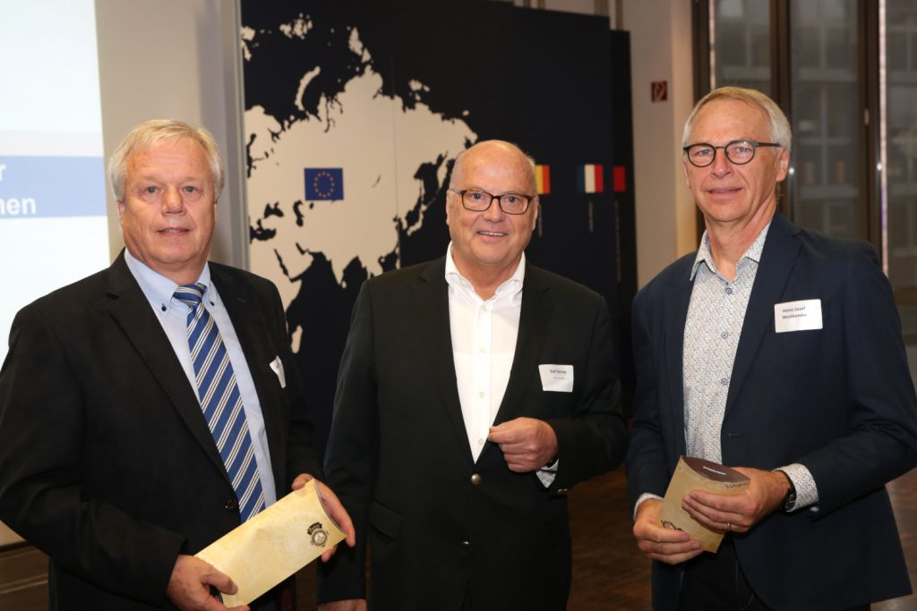 Ralf Dörner, iwo-Vorsitzender und Venti Geschäftsführer (Mitte) danke Alfons Tentrup (l.) und Heinz-Josef Westbomke für die geleistete Arbeit Bild: Knut Reimann