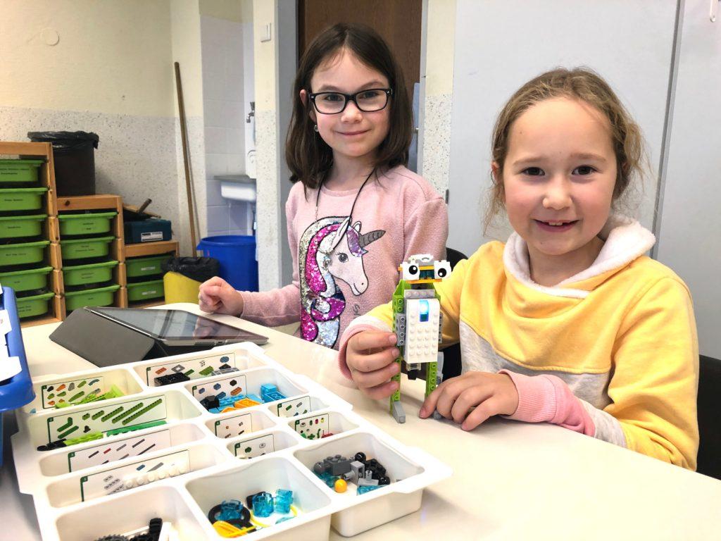 """Hanna (l.) und Sarah haben ihren Roboter """"Robbie"""" getauft"""